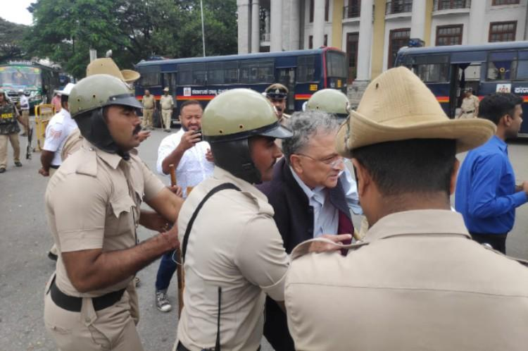 Historian Ramachandra Guha detained at Bengalurus Town Hall for protesting CAA-NRC