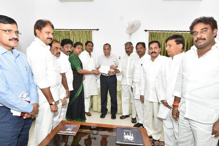 Jagan attack YSRCP leaders meet Governor demand probe by independent agency