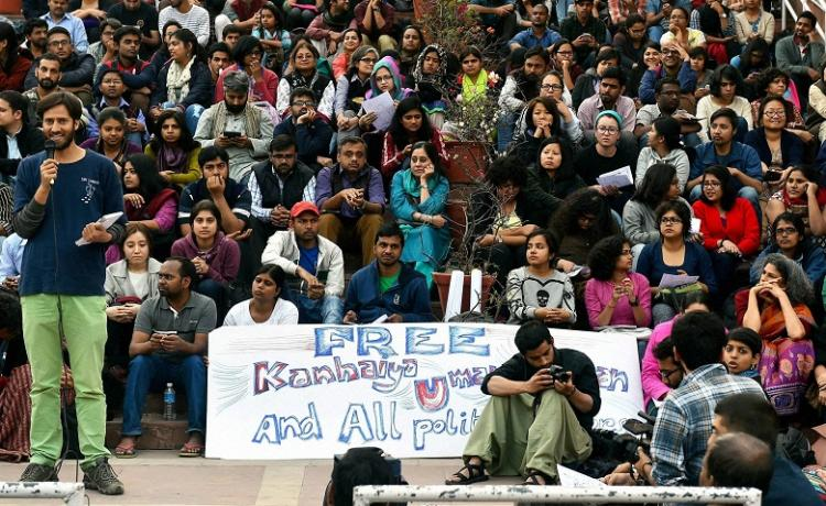Lawyers beat up demonstrators for protesting sedition charges against JNU student leaders