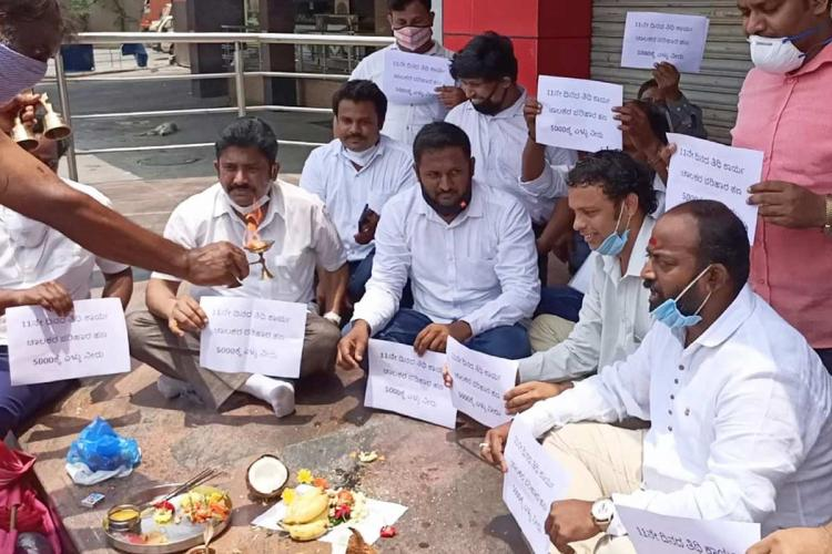 Taxi auto drivers conduct funeral rites for Karnataka govts compensation promise