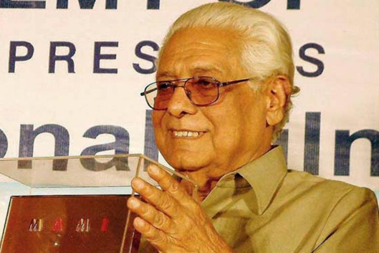 The filmmaker Basu Chatterjee holds an award
