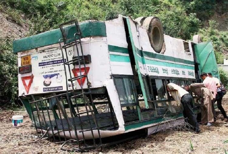 17 TN passengers injured after bus tuns turtle near Shimla