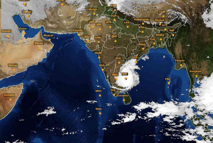 Cyclone Vardah rapidly approaches TN coast heavy winds and rains lash Chennai