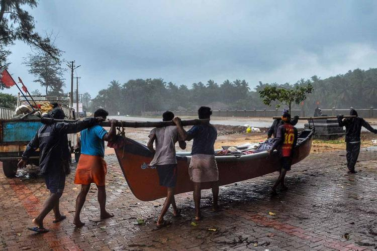 The fishermen returned to the shores were carrying their boats back