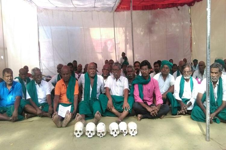 Tamil Nadu farmers continue to protest with skulls of dead farmers
