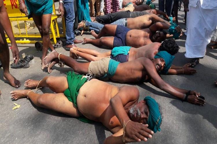 After skulls and snakes TN farmers protesting in Delhi roll on ground for Centres attention