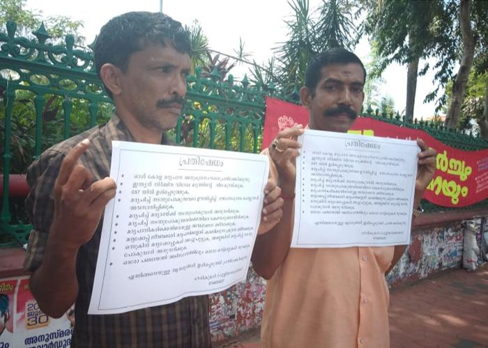 Target drunk drivers not those who drink and walk peacefully 2-man protest in Kerala