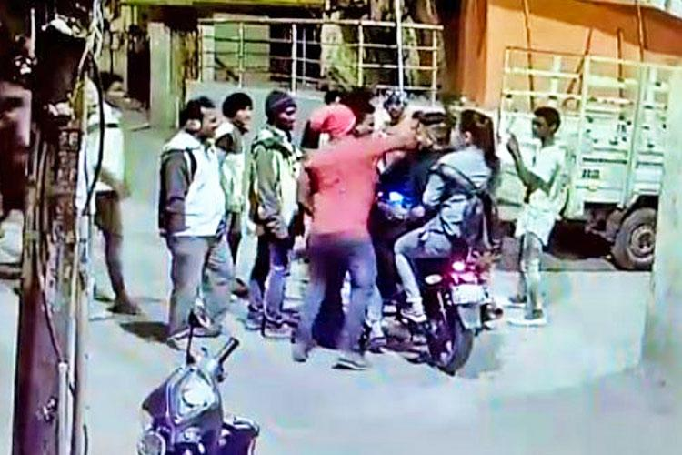 Drunk men dancing in the middle of a road assault 2 men 1 woman for no reason in Bengaluru