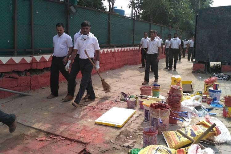Armed with brooms ugly Indians join hands with army jawans to clean up Bengalurus Ejipura