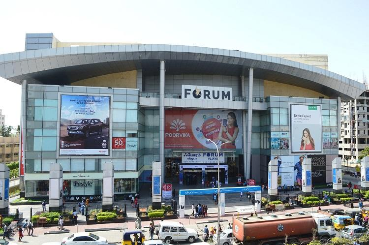 Youth jumps off 4th floor in Chennais Forum Vijaya Mall miraculously saved by guard