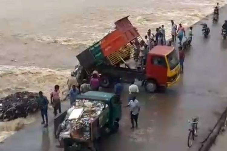 Video TN town panchayats truck illegally dumps garbage into river 2 suspended