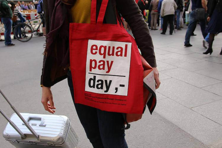 Heres an important reason the gender pay gap isnt closing