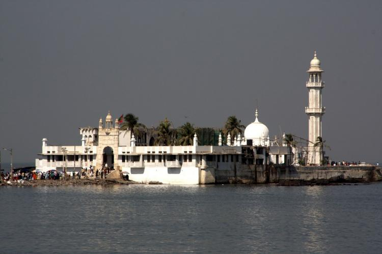 Maha govt favours entry of women in Haji Ali Dargah
