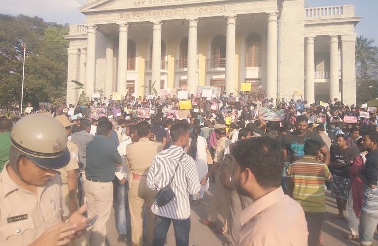 Pro-jallikattu voices spill into Bengaluru Protest outside Town Hall