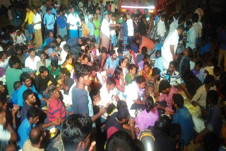 Jallikattu protests continue into the night protesters refuse to leave Alanganallur arena