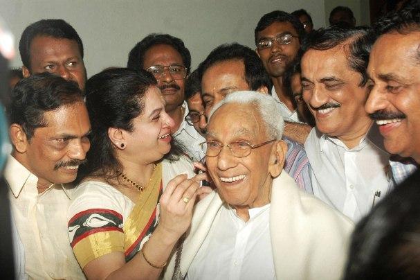 Former CM Karunakarans daughter Padmaja loses on his turf son Muraleedharan wins