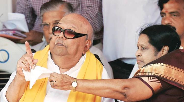 DMK supremo Karunanidhis wife Rajathi Ammal visits Apollo Hospital meets Sasikala