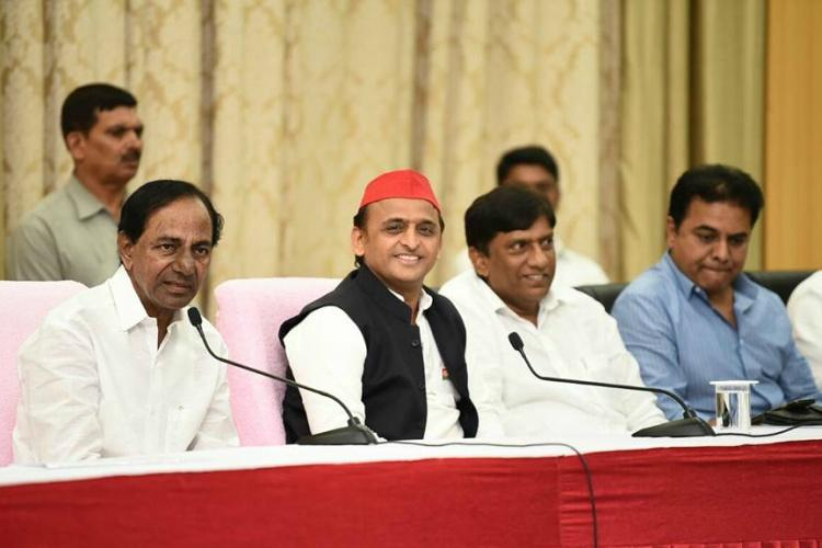 Akhilesh Yadav meets Telangana CM KCR in Hyd to discuss proposed Federal Front