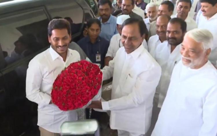 Jagan meets KCR, invites his Telangana counterpart for swearing-in