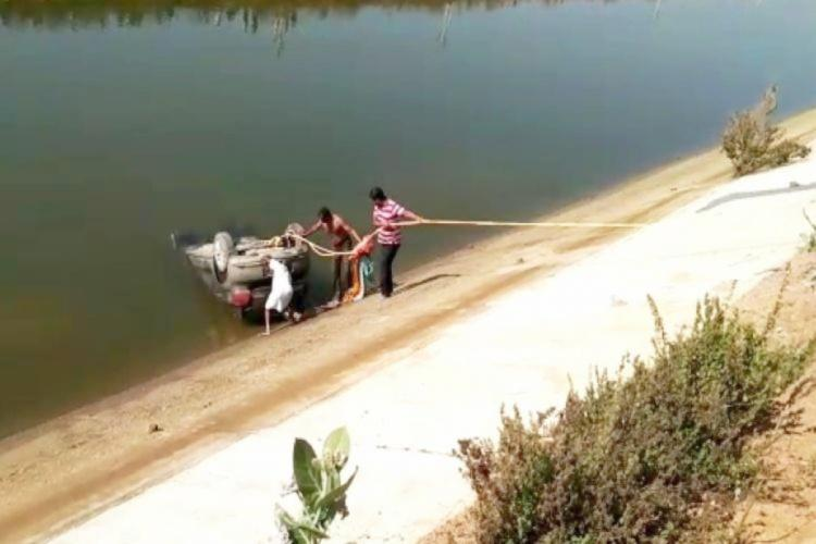 Rescue team pulling the car from Karimnagar canal