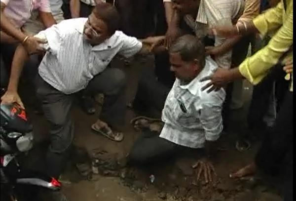 Angry Koppla locals lower officials into massive pothole after man falls into it