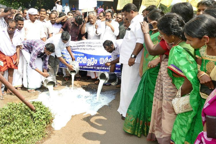 Kerala dairy farmers protest against demonetisation by spilling cans of milk