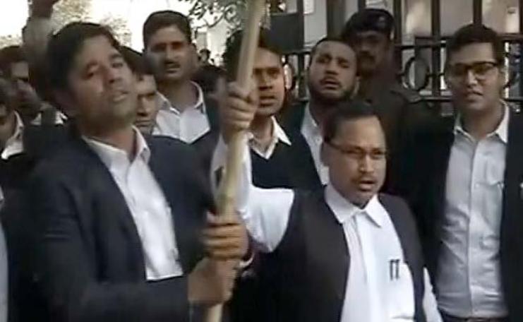 Gangs of Patiala Lawyers run amok attack journalists and Kanhaiya Kumar