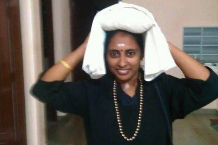 Woman journalist Libi attempts to enter Sabarimala faces angry protesters