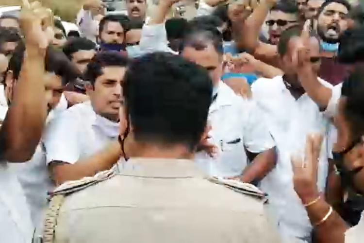 Protest held by Kerala leader against Karnataka authorities for preventing entry into state