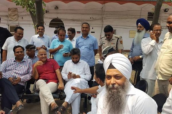 Delhi Dy CM Sisodia and over 60 AAP MLAs detained on their way to 7 RCR