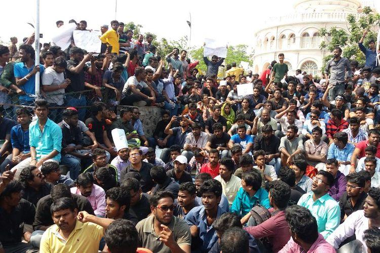 Politicians actors join hundreds of pro-jallikattu protesters at Marina and Alanganallur