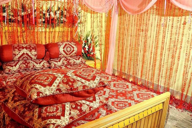 First night tales do couples in arranged marriages get for First night bed decoration design