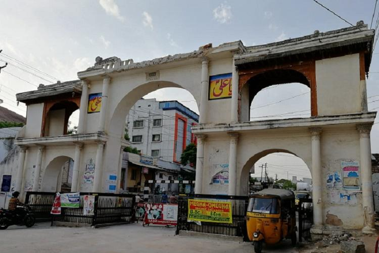 Why did a part of Hyderabads Moula Ali kamaan a protected monument fall off