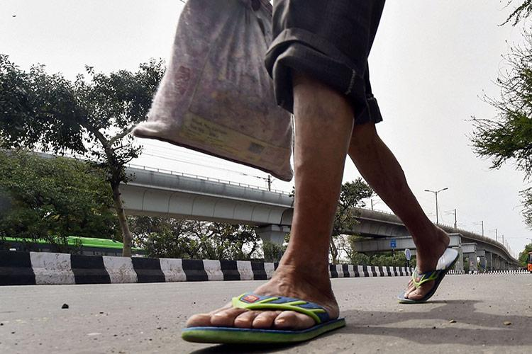 With transport shut for COVID-19 lockdown Indian migrant workers begin walking home