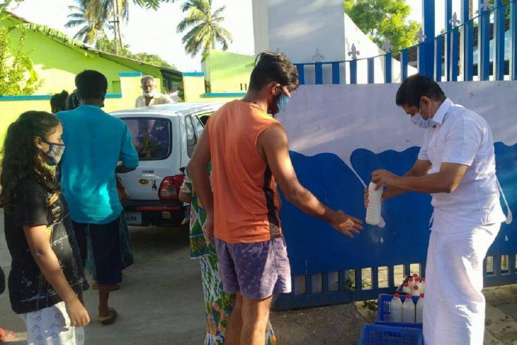 Sumesh Achuthan distribute milk free of cost protest against milma