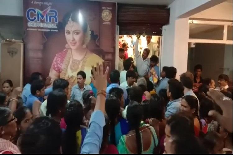 Sale stampede in Telangana 400 women rush into mall that offered saris for Rs 10
