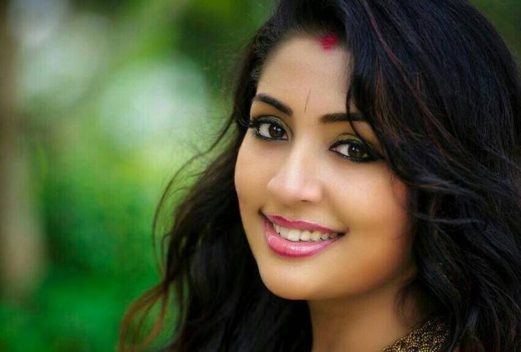 Trolls make actor Navya Nair apologise for her weird makeup