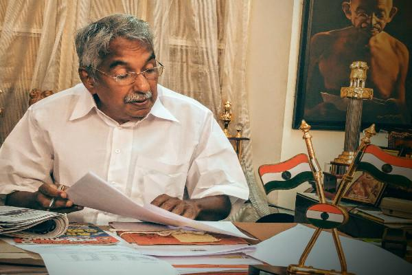 Oommen Chandy submits resignation to Kerala governor