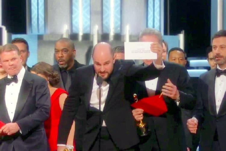 Video Oscar 2017s historic faux pas moment- La La Land mistakenly announced for Best Picture