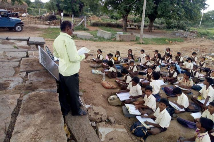 Only 3 rooms in this govt school in Ktaka so these kids have to study under a tree