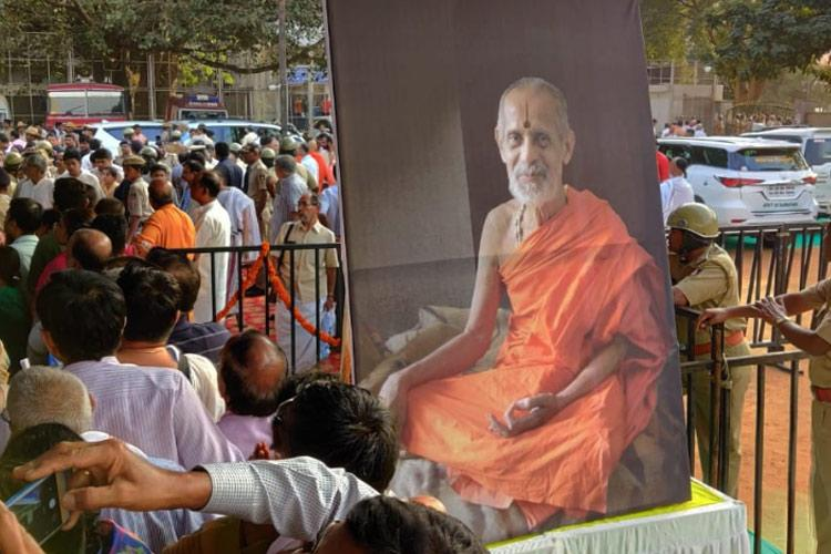 Thousands of devotees queue up to pay respects to Pejawar seer Vishwesha Theertha Swami