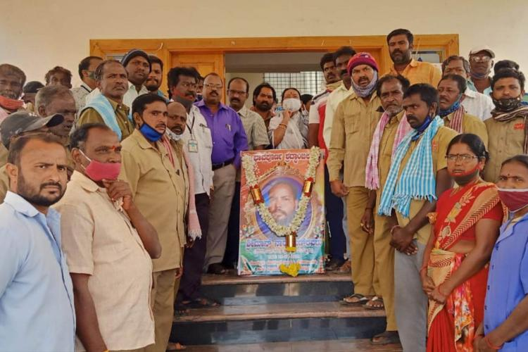 pourakarmikas protest death of narayana in maddur, mandya, karnataka