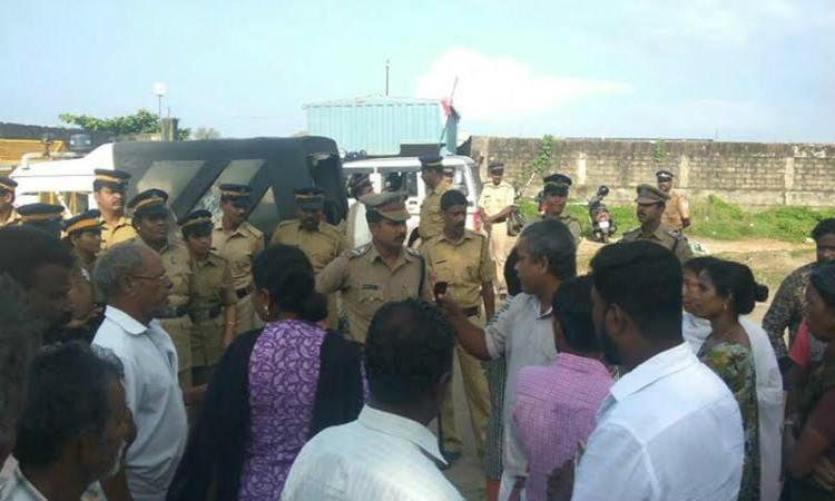 Several injured in Kochi as police lathicharge protesters at IOCs LPG plant site