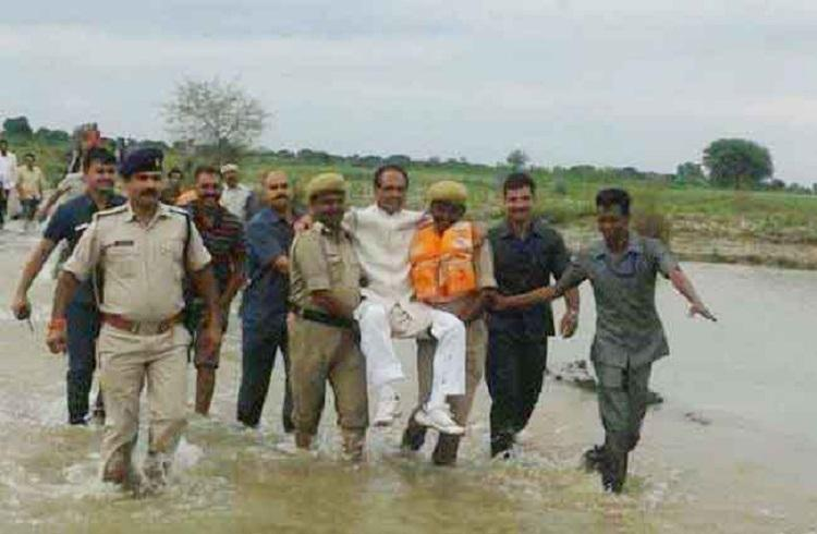 Twitterati has a laugh as Shivraj Chouhan is carried by cops during visit to flood-hit area