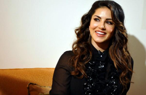 Watch Little girl meets Sunny Leone and wont let go