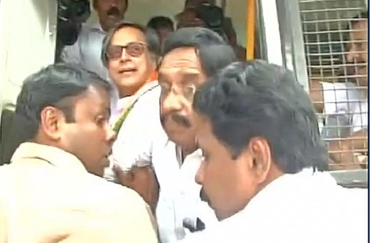 Congress leaders including Tharoor Chennithala detained in Kerala during protest against demonetisation
