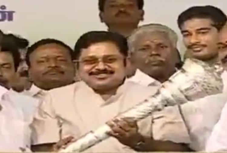 Show of strength by TTV Dhinakaran with 20 MLAs declares himself Jayas heir