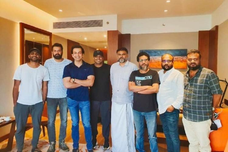 Vaariyamkunnan crew including Prithviraj Aashiq Abu standing together