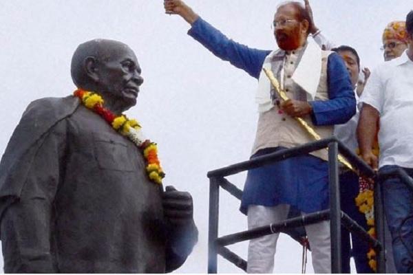 Gujarat Ex-IPS officer Vanzara put garland with toy gun on Sardars statue furor ensues