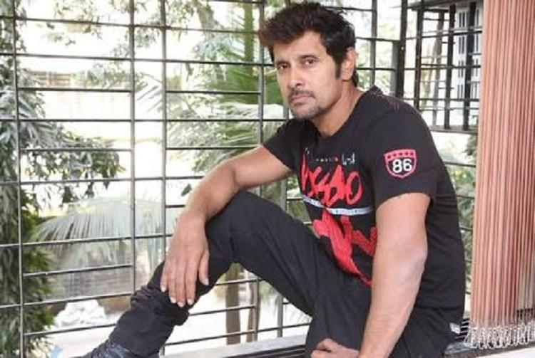 Vikram starts shooting for Saamy Square makers hopeful of 2018 summer release